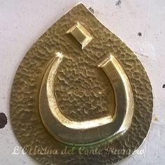 """Nun, la lettera che """"marchia"""" i """"nazareni"""" Una goccia: il sangue dei martiri Realizzato a mano in ottone a sbalzo e cesello"""