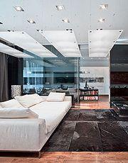 """Свое название """"Зазеркалье"""" квартира получила потому, что в интерьере  в большом количестве использовались полупрозрачные перегородки из тони..."""
