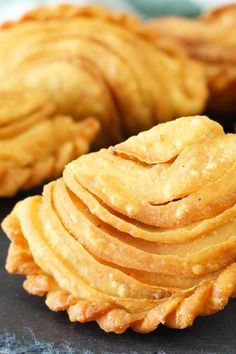 Classic Malaysian snack and street food. Crunchy spiral curry puffs (karipap) with sardines filling. Making the pastry is not difficult as you might think. Try it, you might enjoy it. More after seeing the crispy and delicious results! Malaysian Dessert, Malaysian Food, Malaysian Recipes, Malaysian Curry, Easy Asian Recipes, Easy Appetizer Recipes, Snack Recipes, Appetizers, Beignets