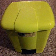 Hallo,   ich verkaufe hier einen Abfalleimer.  Der Abfalleimer ist in einem einwandfreiem Zustand.  Preis: 4,00€  Porto: Selbstabholer