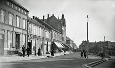 En dag i Storgata, 1937, med Tjærandsen, Svendsen, O.Johanson, Koch og Tandberg på rekke. https://www.facebook.com/photo.php?fbid=10152734580071076&set=oa.10150402897220731&type=3&theater