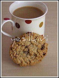Yıldızlı puana sahip kurabiyelerden bir yenisi daha… Bugün denedim ve çok beğendim doğrusu. Dışı çıtır için yumuşak olduğu için enfesti. Evde uzun zamandır bekleyen yulaflarda değerlenmiş oldu tabi. Israrla tavsiye olunur sevgili okuyucu 🙂 Malzemeler: 170 gr tereyağı yada margarin 1 su bardağı şeker 1 tane yumurta 1 paket vanilya 1 su bardağı un yarım …