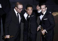 TJ Martin, Dan Lindsay y Rich Middlemas han ganado el Oscar a mejor documental por su trabajo 'Undefeated'.  http://www.rtve.es/mediateca/fotos/20120227/gala-los-oscar-2012/89977.shtml #Oscars