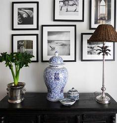 Longcoast Living - Inredning för ditt hem inspirerad av kolonial och kustnära stil. Allt på bilden kommer från www.longcoastliving.se  Photo wall black and white photography. Colonial style with ginger jar, palm lamp base, rattan lamp shade.