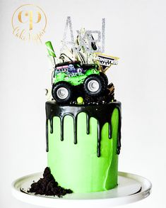 💚Monster Jammin💚 The love is real between little Axel and his fave monster truck Grave Digger. Ask and you shall receive buddy! Festa Monster Truck, Monster Truck Birthday Cake, Monster Trucks, Monster Truck Cakes, Digger Birthday Cake, Digger Birthday Parties, Truck Birthday Cakes, 3rd Birthday, Bolo Blaze