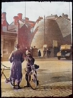 construction of a bottle kiln Globe pottery in Cobridge, stoke on trent. Old Pictures, Old Photos, Stoke On Trent, Local History, Touring, The Past, Pottery, Landscape, Ancestry