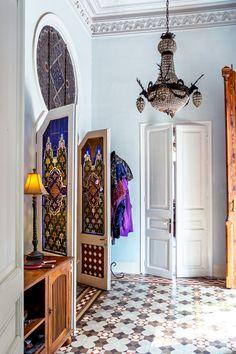Hallgolvet är som alla rum i huset av så kallad hydraulisk mosaik, bestående av en mängd små sammanfogade bitar. Takkrona från Alexandria och sideboard i teak från Mueble Colonial. Sköna Hem.