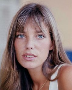 Style Icon Jane Birkin is the embodiment of style. For more inspiration join The NET SET Style Tribe: Style Angled Bangs, Wispy Bangs, Short Bangs, Short Hair, Estilo Jane Birkin, Jane Birkin Style, Fringe Hairstyles, Hairstyles With Bangs, Glamour