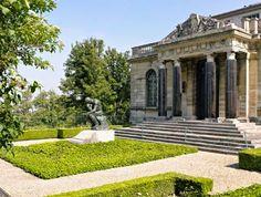 O Pensador, de Rodin e a sepultura de Rose Beuret, no Museu Rodin em Meudon, na França  Ela faz uma dessas caras, onde ficamos sabendo que Rose foi por muito tempo ignorada.  http://gabineted.blogspot.com.br/2014/10/ela-faz-uma-dessas-caras.html  Auguste Rodin faz aqui uma escultura representando o rosto de sua companheira, Rose Beuret. Coisa rara para um retrato: suas pálpebras estão baixadas, e seus olhos quase fechados.