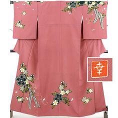 花井幸子の落款入り訪問着着物です。 暗くくすんだ桃色、茶桃色の縮緬地に黒の枠、疋田と藤、桜のお花柄です。 くっきりとした柄が印象的なおしゃれな訪問着です。  <シチュエーション> 袋帯をしめて、フォーマル、セミフォーマルな装いをお楽しみ頂けます。 華やかなお着物ですので披露宴やクラス会、パーティや各種セレモニーなどに幅広くお使い頂けます。   <風合> 小さなシボの入った柔らかい縮緬地です。 柔らかくしなやかで肌触りの良いお着物です。  【楽天市場】訪問着 茶桃 花井幸子 桜に藤のはっきりとした柄【送料無料】 【中古】【リサイクル着物・リサイクルきもの・アンティーク着物・中古着物】:ビスコンティ&きもの忠右衛門