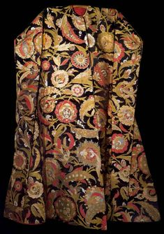 Ottoman Hil'at with a design of saz leaves and blossoms, possibly made for one of the sons of Sultan Süleyman the Magnicent, Turkey, mid-16th century. Kemha, silk and gilt-metal thread brocade.