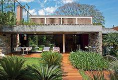 Para tornar mais arejada e iluminada a casa de 325 m², em São Paulo, a arquiteta Flavia Petrossi criou novas janelas e aberturas estratégicas na reforma. Mas conservou a essência modernista do projeto original