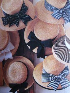 Chapeaux de paille « bleus ».