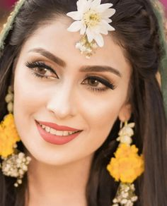 Ayeza Khan is constantly keeping herself busy, she loves doing photo shoots and is equally passionate about her acting career. Ayeza Khan has the perfect featur Pakistani Mehndi Dress, Bridal Mehndi Dresses, Pakistani Bridal Makeup, Bridal Outfits, Pakistani Makeup Looks, Mehendi Outfits, Pakistani Girl, Pakistani Outfits, Wedding Dresses