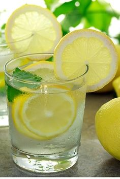 Lemon water is one of the first detox water recipes, and the most popular. Here are 7 lemon water recipes and also an article on 7 benefits water benefits. Drinking Warm Lemon Water, Lemon Water In The Morning, Lemon Water Benefits, Lemon Health Benefits, Detox Drinks, Healthy Drinks, Healthy Tips, Healthy Food, Stay Healthy