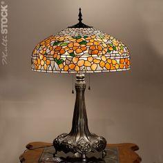 Copie Made in Belgium: Lampe tiffany Fleur Orange Référence: .or bloem 9033 tt                       500 200 Prix :  700 (579 + TVA) Très belle lampe tiffany fait à la main en Belgique, sur un beau pied en zinc. Elle est faite du meilleur verre Américain Bullseye