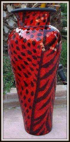 Vaso indonesiano in ceramica, terra cotta e mosaico di vetro!!Realizzato e lavorato a mano!!Rendi il tuo arredamento etnico veramente esclusivo!!!importato direttamente.Misure:Alto cm 80Largo cm 35 circa.  N.B. La spedizione sarà fatta in una cassa di legno per questo occorreranno 3/4 giorni di tempo dopo la ricevuta del pagamento.