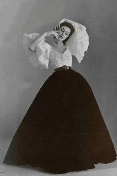 Anne Gunning in evening ensemble by Jacques Fath, photo by Philippe Pottier, 1951 Jacques Fath, Vintage Beauty, Vintage Glamour, Look Retro, Style Retro, Vintage Outfits, Vintage Dresses, Vintage Clothing, Victorian Dresses