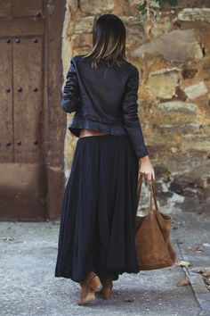 feminine pleated midi skirt outfits ideas for winter 20 Gorgeous feminine pleated midi skirt outfits ideas for winter 20 Maxi Skirt Outfits, Winter Skirt Outfit, Casual Winter Outfits, Maxi Skirts, Look Fashion, Skirt Fashion, Fashion Outfits, Winter Fashion, Midi Rock Outfit