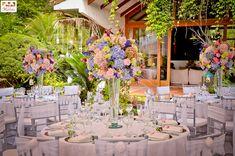 Érase una vez un centro de mesacon cinco sencillas 'Petites fleurs'. No hizo falta más para encandilar a los invitados… porque muchas veces la esencia se sirve en frascos pequeñ…