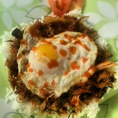 Leftover Pork Roast shredded and pan fried until crispy and topped with a fried egg and Sriracha. Thumbs up. Leftover Pork Roast, Smart Snacks, Leftovers Recipes, Looks Yummy, Original Recipe, No Cook Meals, Healthy Living, Food And Drink, Dinner