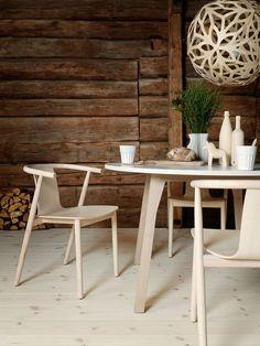Dans la salle à manger, place à une suspension ajourée pour un esprit nature.