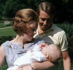 Prinses Beatrix en Prins Claus en hun 1e zoontje Alexander (NL)
