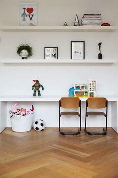 Kinderplekje. Malm tafel met ingekorte poten van Ikea.