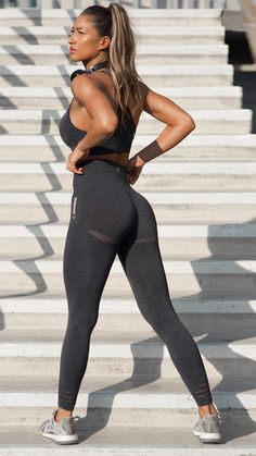 With their stunning and form fitting shape, the Seamless High Waisted leggings are beautifully different.