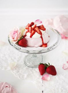 Mini Pavlova with Rosewater, Cream & Strawberries Mini Pavlova, Pavlova Cake, Strawberry Tea, Strawberry Desserts, Meringue Cookie Recipe, Cookie Recipes, Cupcakes, Food Photography, Berries