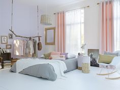 Maria, you don't have to put Grandma Sheila's rack together! Use a piece of wood to hang your clothes! Stylisme chambre nordique, douce et pastel | Nordic Bedroom Styling, soft and pastel