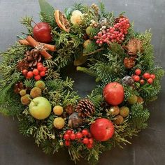 Some beautiful wreaths on this site. Christmas Makes, Christmas Mood, Christmas Design, Christmas Crafts, Christmas Ornaments, Christmas Door Wreaths, Holiday Wreaths, Wine Cork Wreath, Corona Floral