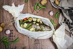 Gesundes und einfaches Rezept für Saibling in Pergament mit Ofengemüse. Eine schonende Garmethode, dadurch schmeckt der Fisch besonders saftig und aromatisch.