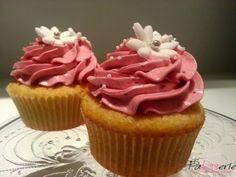 Eenvoudig maar o zo lekker, deze vanille cupcakes met frambozen creme.