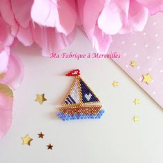 Beads pattern DIMENSIONS: 4.5 X 4.3 cm COLORS: Golden and blue - white - Navy-Red Nickel free metal findings __________________ Brooch woven needle with Miyuki beads, made entirely by hand. . You would like it with the colors of your choice. Do not hesitate to contact us via message. * Original model: My factory to Wonderland * NOT A REPRODUCTION TIPS: -protect your brooch with moisture and perfume. -put the carefully away from light and warmth ♡ orders are made with lots of attention. ♡...