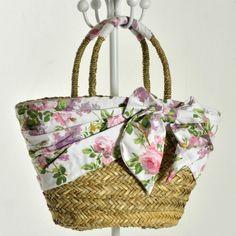 BORSA PAGLIA FODERA E FIOCCO CON ROSE GRANDE | eBay Beach Stores, Diy Purse, Crochet Handbags, Basket Decoration, Types Of Bag, Ribbon Embroidery, Hippie Chic, Mitten Gloves, Crochet Crafts