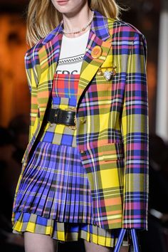 Milan Fashion Weeks 68891069288335041 - Versace, Fall 2018 – The Most Breathtaking Runway Details From Milan Fashion Week Fall 2018 – Photos Source by charlotteganet Look Fashion, Runway Fashion, High Fashion, Fashion Show, Womens Fashion, Fashion Design, Fashion Trends, Milan Fashion, Fashion Ideas