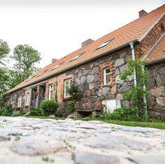 Ein Dorf wie aus dem Bilderbuch mit tollen Häusern aus Feldsteinen: Ihlow.  #visitbrandenburg