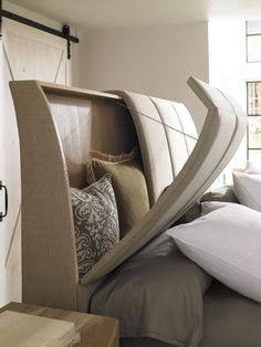 tête de lit avec rangement intégré, système d'ouverture métallique et coussins multicolores