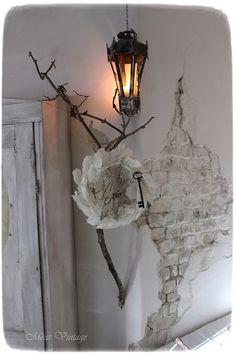 Méas Vintage: Seelenzeit und Julmond Meas Vintage, White Decor, Shabby Chic Decor, Candle Sconces, Interior Decorating, Wall Lights, Chandelier, Romantic, Candles
