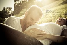 Knoxville maternity photographer, © Bledsoe Photography, baby belly photo session in a garden, daddy