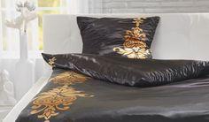 Elegante Satinbettwäsche in Schwarz mit Muster und praktischem Zippverschluss. Sie ist bei 30°C maschinenwaschbar.