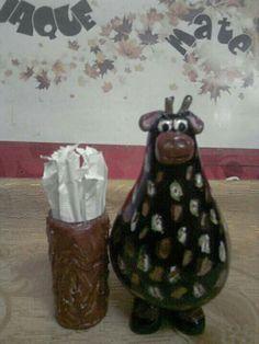Porta diente hecho con calabaza y donde están los palillos es un pomo vacío de pintura acrílica  con detalles en porcelana