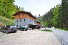 Pensjonat Kamenný Mlýn (Kamienny młyn) Strážné, Karkonosze. To malownicze miejsce, pierwotnie kamienny młyn, położony wśród lasów w Karkonoskim Parku Narodowym, w górskiej miejscowości Strážné, w pobliżu miasta Vrchlabí.