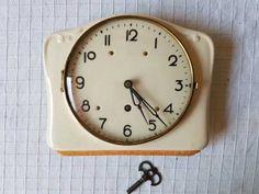 Petites annonces gratuites en Suisse | anibis.ch Clock, Wall, Home Decor, Switzerland, Watch, Decoration Home, Room Decor, Clocks, Walls