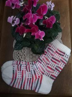 Syklaamit2 Knitting Blogs, Knitting Socks, Knitting Needles, Knitting Projects, Cheap Yarn, Joko, Wool Socks, Slip Stitch, 4th Of July Wreath