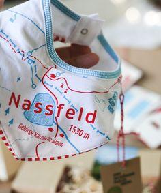 Das NASSFELD – Hier bleibt nichts trocken. Das Halstuch Nassfeld für Babies und Kleinkinder lässt echte Flecken schnell zur Nebensache werden. Natürlich bio & fair. Kind Mode, Reusable Tote Bags, Ski, Fashion, Funny Presents, Baby & Toddler, Toddlers, Moda, Skiing