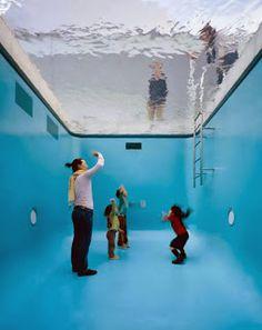 sin duda el arte del argentino leandro erlich consigue que ms de uno se quede atnito con sus instalaciones interactivas que se basan en ilusiones pticas