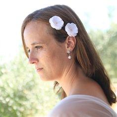 #Haarbloemetjes op schuifjes #bruid #bruidskapsel #weddinghair #bride / www.witenzilver.nl