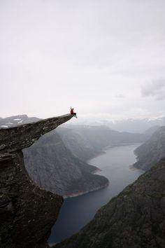 高所恐怖症なら閲覧注意。天国みたいな絶景が見れるノルウェーの崖